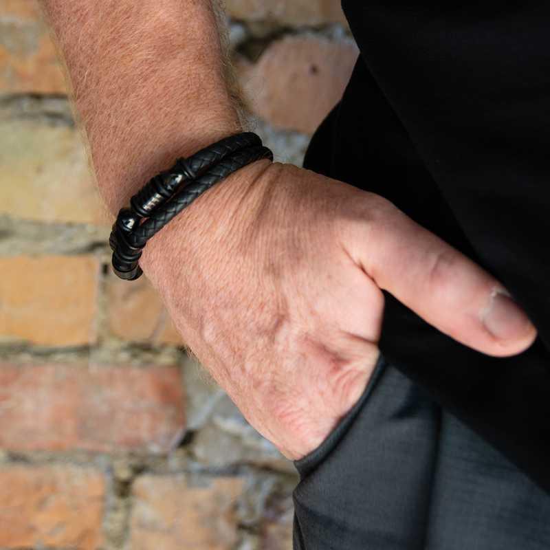 Dupla soros fekete bőr és matt karkötő fényes csattal