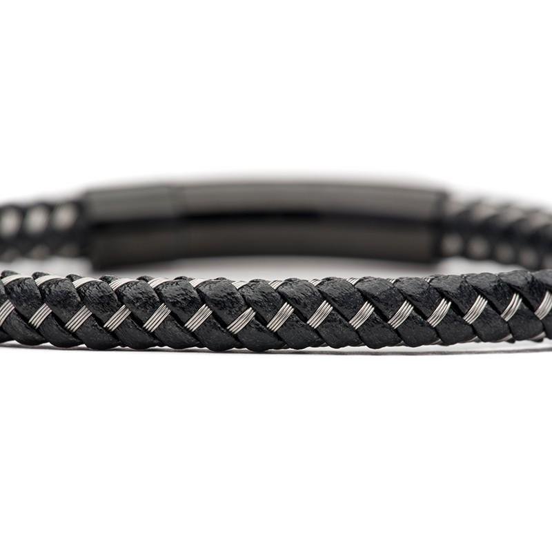 Férfi karkötő közelről fekete fém